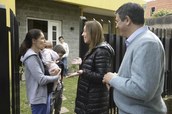 La gobernadora María Eugenia Vidal caminó por la calles Luján y Echeverría de San Antonio de Padua, en el partido de Merlo, junto al concejal David Zencich, mientras que el jefe de Gabinete bonaerense, Federico Salvai, visitó el partido de Ezeiza.