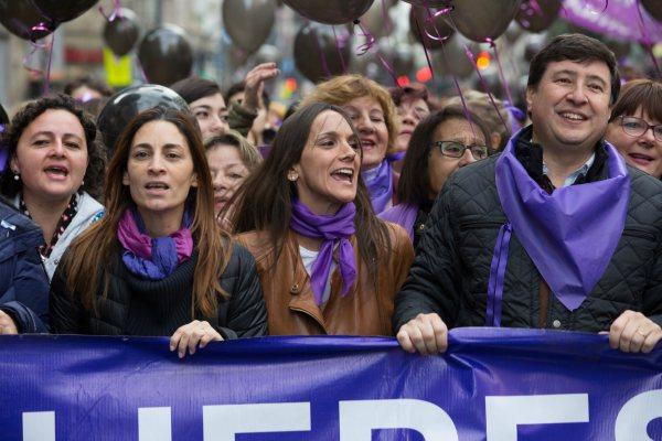 Malena Galmarini, Daniel Arroyo y otros dirigentes del FR, junto a la Agrupación Mumalá y la diputada nacional Victoria Donda, acompañaron la manifestación a favor de los derechos de las mujeres y en contra de la violencia de género.