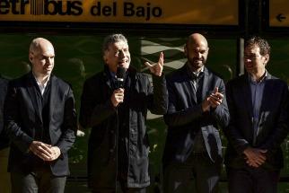 Macri inauguró el Metrobus del Bajo y dijo que las piedras que le ponen en el camino se usarán para hacer obras