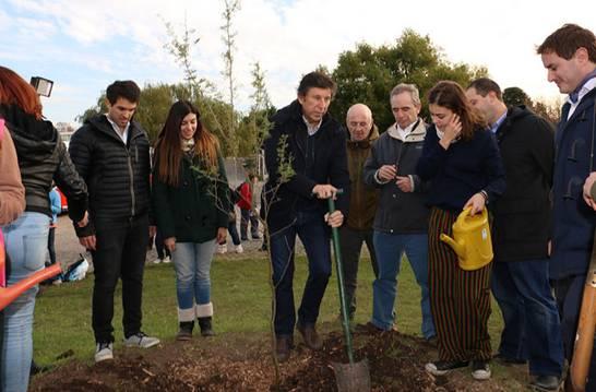 Posse plantando un espinillo como símbolo de unión entre San Isidro y Vicente López