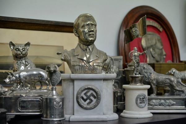 Incautan objetos históricos de origen asiático y piezas con simbología nazi