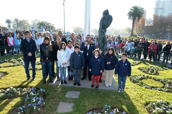 . El intendente Julio Zamora encabezó la conmemoración acompañado por autoridades locales, organizaciones de la comunidad, instituciones educativas y vecinos que siguieron de cerca cada detalle del acto.