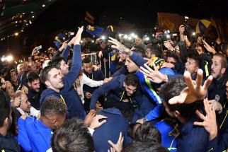Bahía Blanca: Los jugadores e hinchas de Boca Juniors festejando la consagración en la fecha 29 del torneo local.