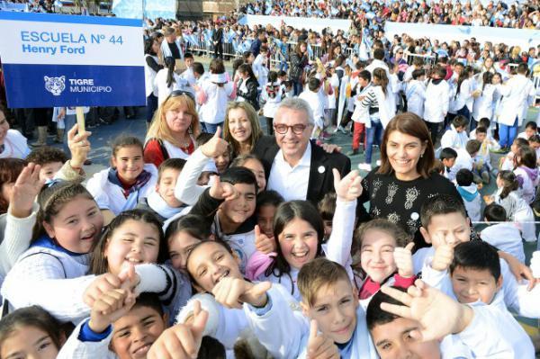 El intendente Julio Zamora y el diputado nacional Sergio Massa compartieron una emotiva ceremonia con los chicos, sus familias y el cuerpo docente. El evento contó con la participación de la Orquesta Infanto Juvenil de Rincón de Milberg, que interpretó el himno nacional.