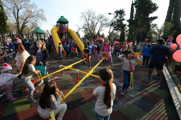 Julio Zamora inauguró los nuevos juegos infantiles de la plaza de General Pacheco