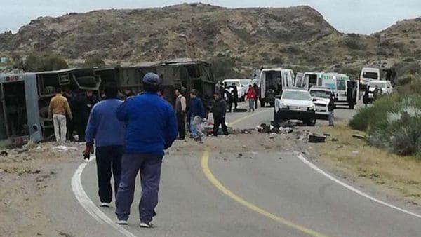 Al menos doce personas murieron esta tarde y varias resultaron heridas tras volcar un micro de larga distancia al costado de la ruta en la ciudad de San Rafael, al sur de Mendoza.