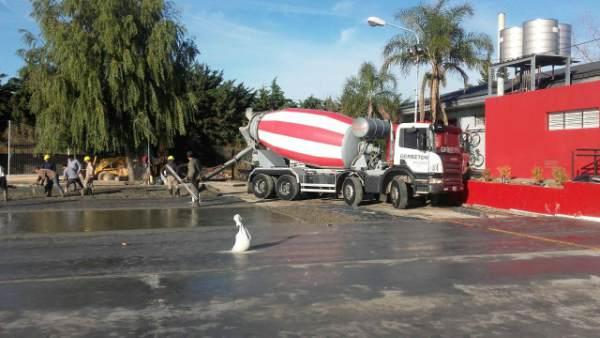 Continúan los trabajos de construcción en el playón del polideportivo Rincón