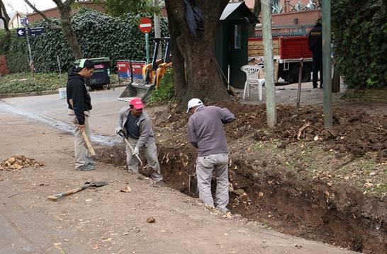 Entuban la zanja en calle Laprida para mejorar la red hidráulica de San Isidro