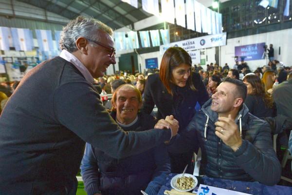 El intendente de Tigre junto a su esposa Gisela Zamora, candidata a primera concejal por 1País en el distrito, y el equipo del espacio compartieron con los vecinos una cena con música, shows de folclore y tango.