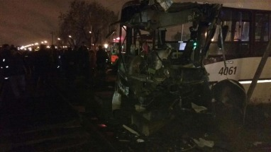 Un tren embistió a un colectivo: hay dos muertos y 14 heridos