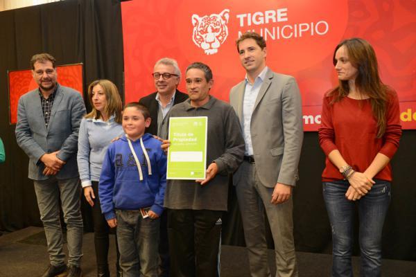 Julio Zamora entregó 64 nuevas escrituras a vecinos de Tigre
