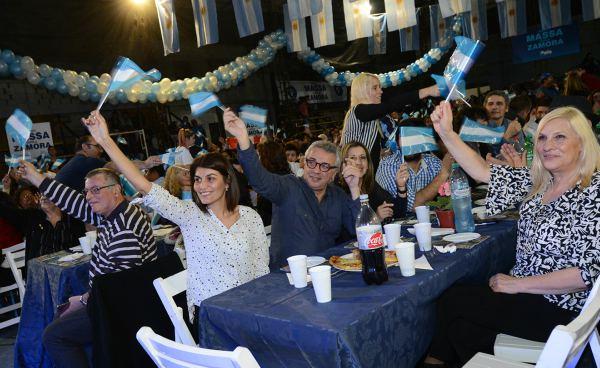 El intendente de Tigre, Julio Zamora, acompañado por su esposa y candidata a primera concejal, Gisela Zamora, participaron de la peña 1País en el club 24 de Mayo de la localidad de Troncos del Talar.