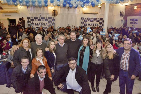Julio Zamora y su esposa Gisela Zamora, quien encabeza la lista de concejales de 1País en Tigre, participaron de una cena de camaradería con más 1.000 miembros del vecinalismo.