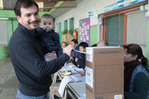 l precandidato a senador provincial de 1País, Sebastián Galmarini, emitió su voto esta mañana