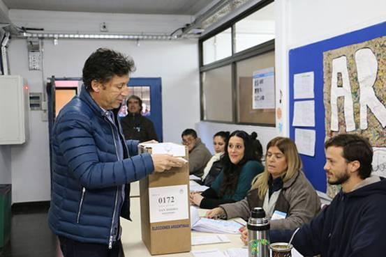 ustavo Posse, se acercó, pasadas las 11, al colegio Santa Cruz  (Pedro de Mendoza al 2600) en la localidad de Beccar donde emitió su voto.
