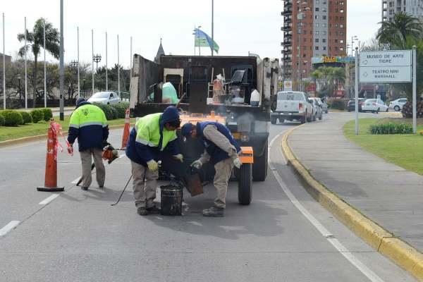 La delegación municipal inició la reparación de grietas y rajaduras en avenidas y calles, llevando a cabo el reemplazo de juntas deterioradas.