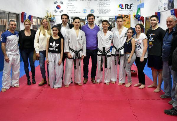 El senador provincial Sebastián Galmarini entregó una ayuda económica al equipo de Taekwondo del Club Unión de Boulogne