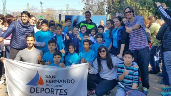 Los alumnos de la Escuela Municipal de Tenis de San Fernando conocieron la Copa Davis
