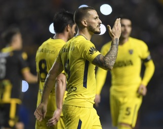 Darío Benedetto se retira del campo de juego saludando a los simpatizantes de Boca, al finalizar el encuentro