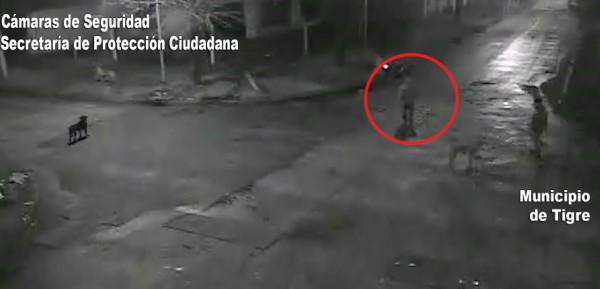 Las cámaras de seguridad de Tigre captaron el momento en el que un miembro de Gendarmería nacional era interceptado por dos individuos, que intentaron robarle el celular. Este respondió a los tiros.