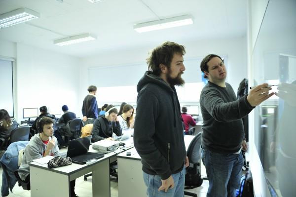 Vicente López y Grupo Telecom capacitan a jóvenes en oficios digitales
