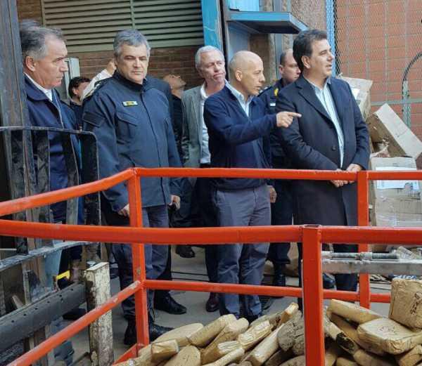 El intendente municipal Nicolás Ducoté y el ministro de Seguridad de la Provincia de Buenos Aires, Cristian Ritondo, supervisaron la quema de 6200 kilos de marihuana desarrollado en el Parque Industrial local.