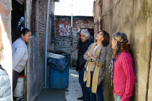 Durante la visita que realizó al barrio Villa Hall, la Secretaria de Salud Pública, Desarrollo Social y Política Ambiental del Municipio, y candidata a concejal por 1País, Alicia Andreotti