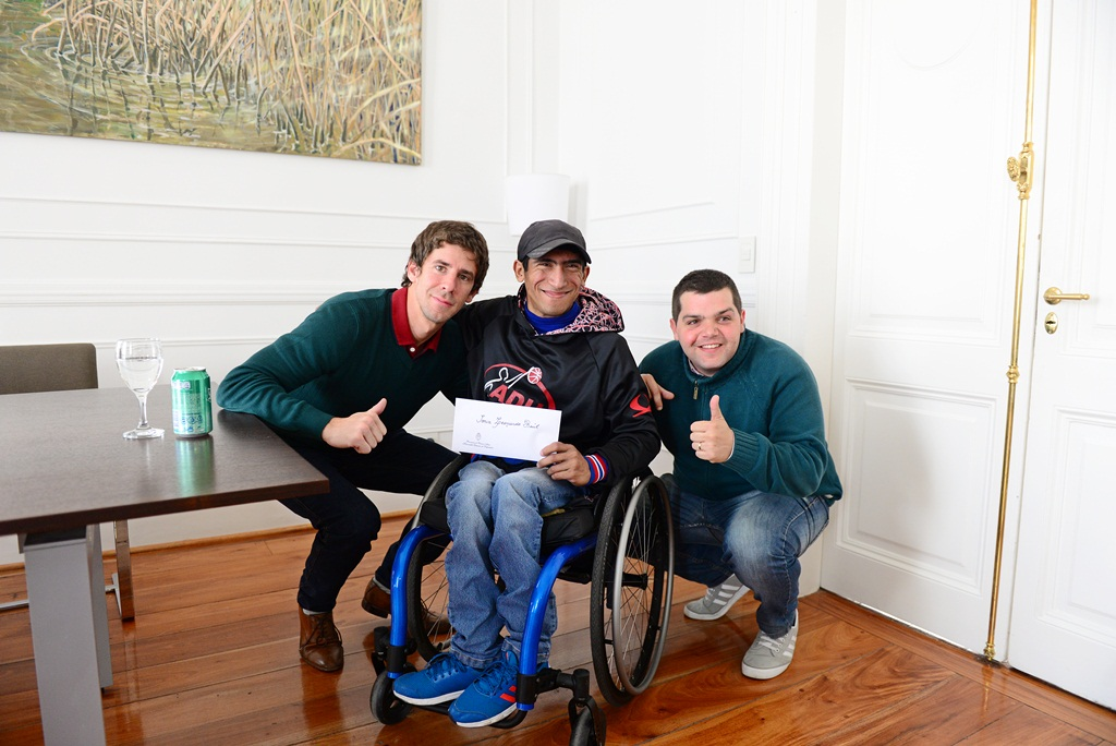 Juan Andreotti otorgó un apoyo económico al basquetbolista en silla de ruedas Leo Soria