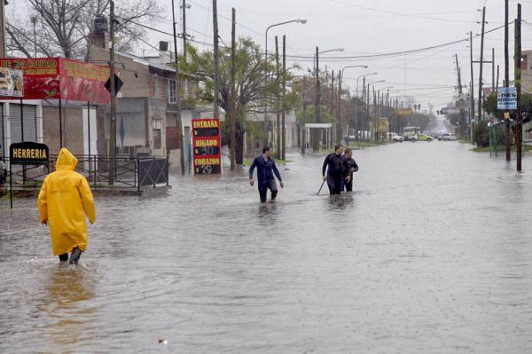 Copiosas lluvias y vientos intensos ocasionan inconvenientes en distritos bonaerenses