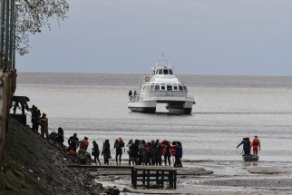 Más de 123 docentes que habían salido a navegar en un catamarán desde el puerto de Olivos para festejar el Día del Maestro eran rescatados hoy tras quedar varados a unos 300 metros de la costa, en medio de una pronunciada bajante del río de la Plata.
