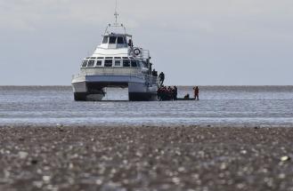 Evacúan a pie a pasajeros de un catamarán que quedó varado en el Río de la Plata, cerca de la costa de Olivos