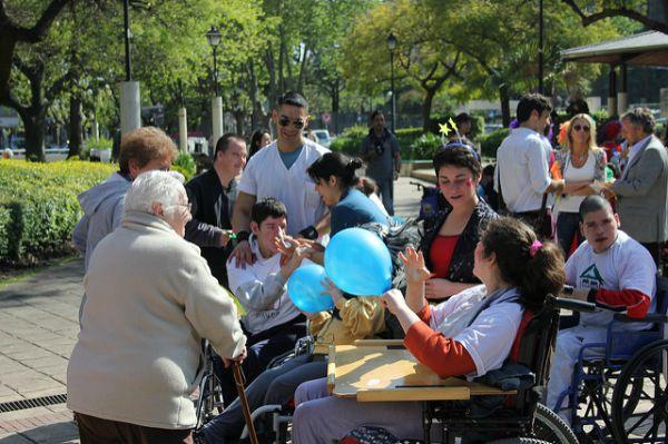 """Campaña de """"abrazos gratis"""" por la inclusión en San Isidro"""