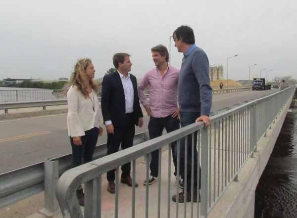 Esteban Bullrich recorrió el puente El Taurita, que une San Fernando y Tigre, junto a Alex Campbell, Agustina Ciarletta y Segundo Cernadas