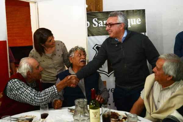 El intendente de Tigre, Julio Zamora, y la primera candidata a concejal por 1País a nivel local, Gisela Zamora, mantuvieron junto a cientos de vecinos una agradable cena en el Club San Roque del centro de la ciudad.