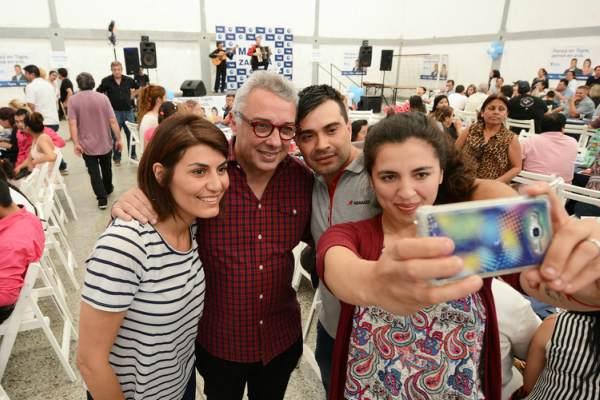 l intendente de Tigre, Julio Zamora, y su esposa Gisela, primera candidata a concejal por el frente 1País, participaron en Rincón de Milberg de un encuentro de colectividades junto a cientos de migrantes