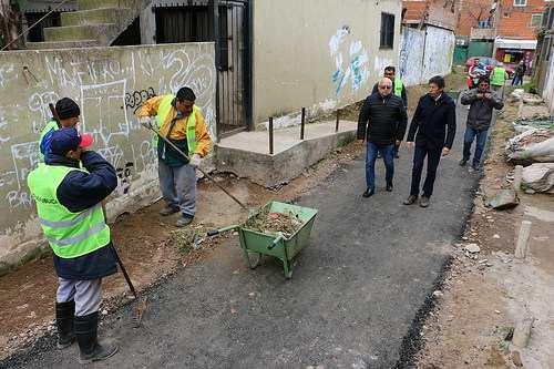 Asfaltan todos los pasajes del barrio La Cava
