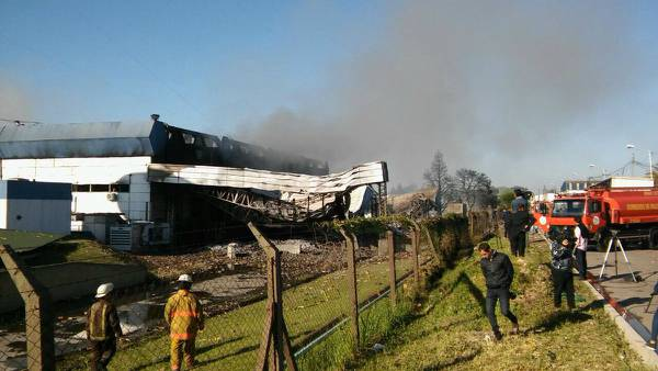 Se incendió una fábrica de aerosoles en el parque industrial Garín