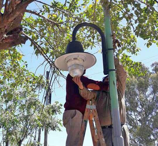 Se extiende la colocación de luminarias de veredas en Don Torcuato