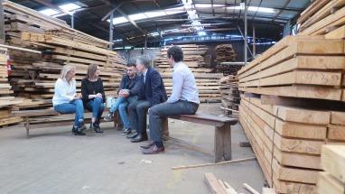 Macri y Vidal visitaron a un joven que quedó al frente de una pyme maderera tras la muerte de su padre