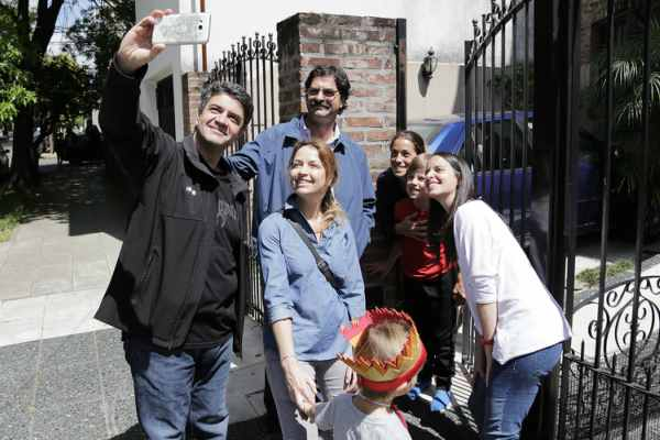 Soledad Martinez, Jorge Macri y Leonardo Sarquís agradecieron a los vecinos de Olivos con un nuevo timbreo