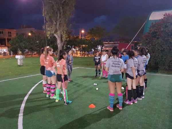Las chicas del polideportivo San Martín recibieron una masterclass de hockey