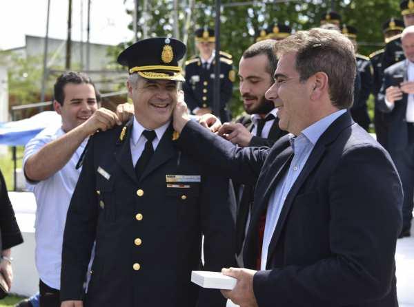 Cristian Ritondo, puso hoy en funciones de manera formal al comisario general, Rubén Fabián Perroni, como Superintendente General de la Policía de la Provincia