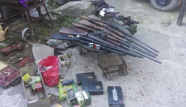 Secuestraron 14 armas largas y cortas en la casa de una mujer en Escobar