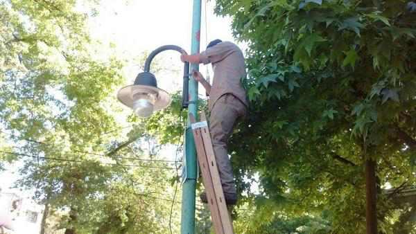 La colocación de nuevas luminarias se extiende en Ricardo Rojas