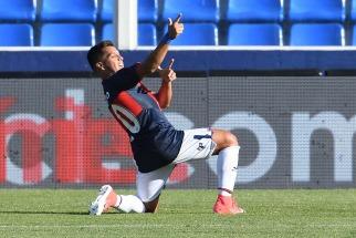 Matías Pérez García festeja su gol, de tiro penal, a favor de Tigre