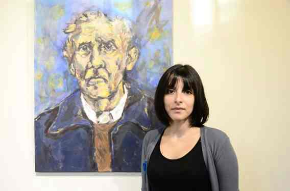Mabel Montes y uno de sus tantos rostros que se exhiben en el HCD San Isidro