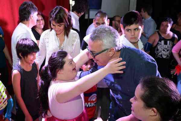 Junto a más de 300 familias de Tigre, el intendente y su esposa participaron de la actividad, realizada en el SUM del polideportivo Almirante Brown. Incluyó obras de teatro, danza jazz, folklore y una exposición de manualidades con materiales reciclados