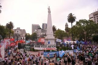 El kirchnerismo se movilizó a la Plaza de Mayo contra las detenciones ordenadas por Bonadio