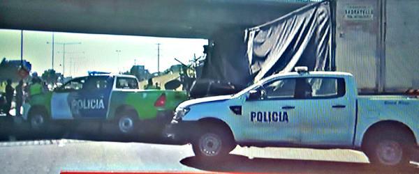 Violento choque de un camión contra un puente de la Panamericana en Pilar: dos muertos