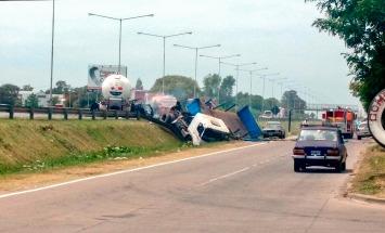 Explotó en la panamericana un camión de transporte de gas luego de chocar y hay dos muertos